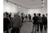 Conferencia sobre arte con grabación para programa televisivo.