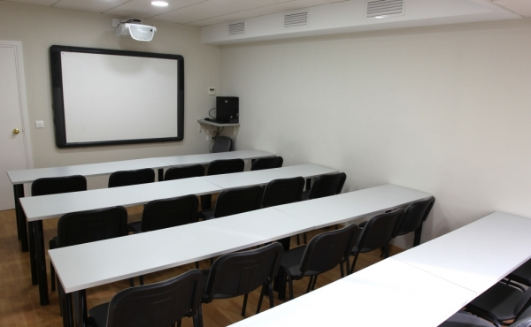 Aula de 20 plazas ubicada en la planta 5ª, módulo 20 del Edificio Sevilla 2.