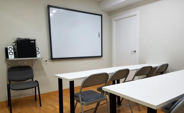 Aula de 8 plazas ubicada en la planta 4ª, módulo 21 del Edificio Sevilla 2.