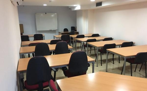 Aula de 22 plazas ubicada en la planta semisótano, módulo F4A2 del Edificio Sevilla 2.