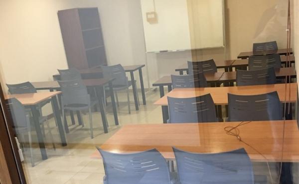 Aula de 15 plazas ubicada en la planta semisótano, módulo F4A3 del Edificio Sevilla 2.