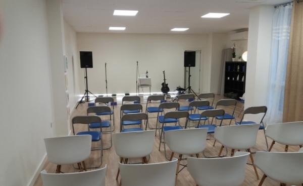 Sala interior de 35 metros cuadrados, disponible para diferentes tipos de actividades y eventos.