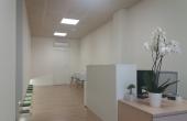 Sala de recepción, que cuenta con sala de espera, totalmente iluminada.